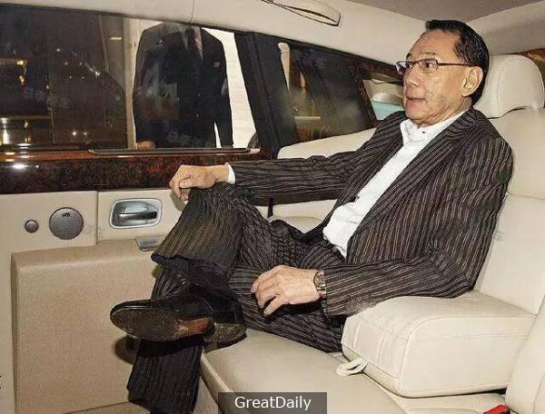 他80年代欠下3.2億,發誓這輩子不坐奔馳,如今坐的是香港最貴的勞斯萊斯