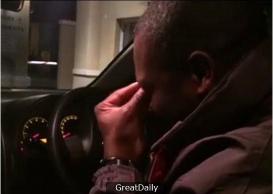 這位南非司機20多年來不停找一首中文歌,直到載到來自台灣的旅客...讓他瞬間淚崩!背後的故事竟是...網友直呼「有洋蔥!