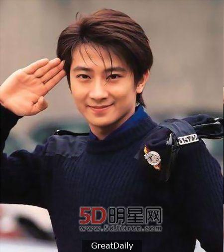 我是一代男神!有香港「四小天王」的稱號!沒想到他現在竟然和TVB這位女星戀愛中!羨慕死了...
